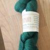 Frisenvangs håndspundne økologiske plantefarvede mørke græsgrønne garn af 100% Baby/Royal-alpakauld