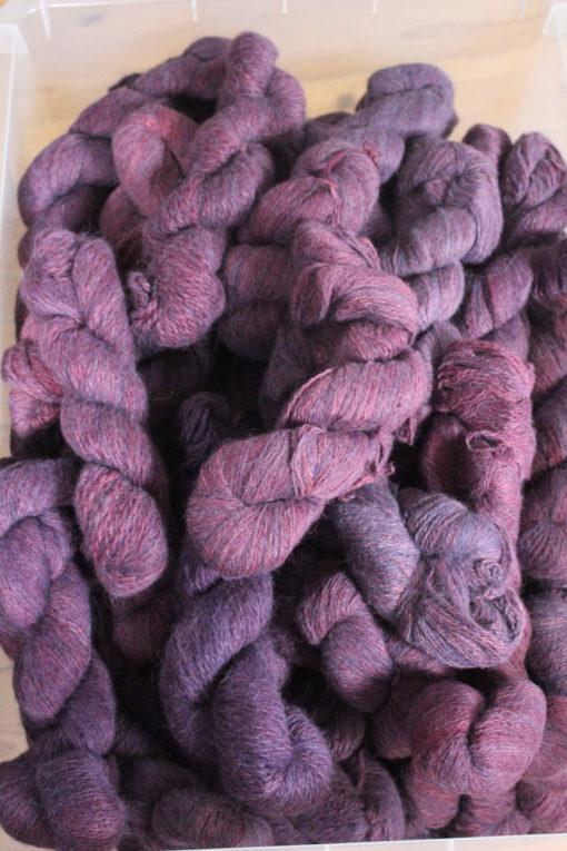 Frisenvangs håndspundne økologiske plantefarvede melerede lilla garn af 100% Baby/Royal-alpakauld